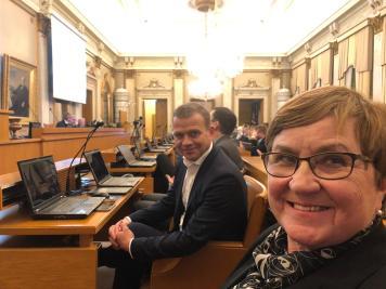 Kokoomuksen puheenjohtaja Petteri Orpo vieressä